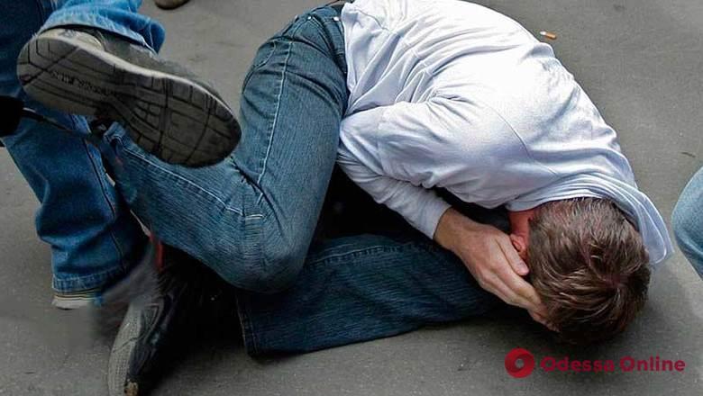 Били ногами и распылили газ: в Одессе разбойники напали на прохожего