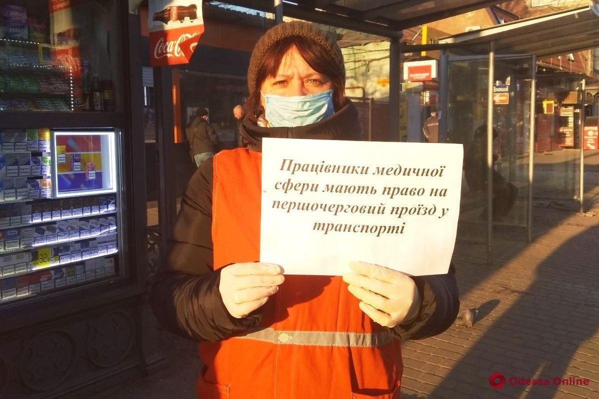 Одесских медиков будут пропускать в трамваи и троллейбусы без очереди