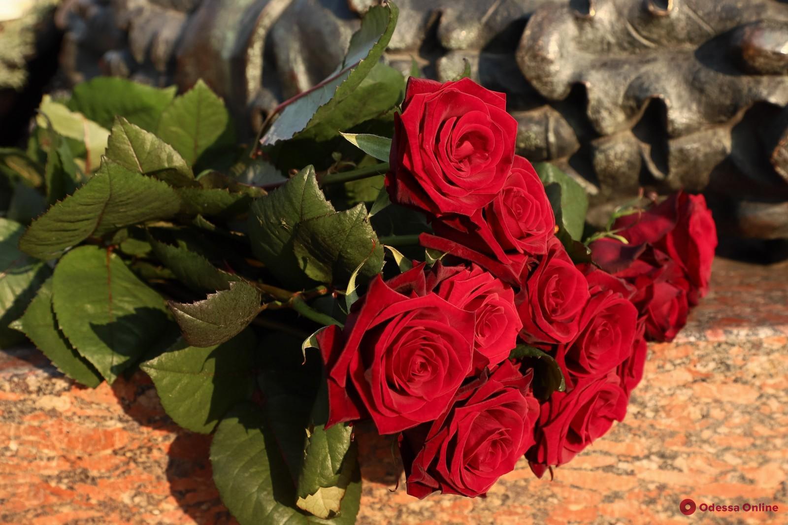 Одесситы несут цветы к памятнику Неизвестному матросу и стеле «Крылья Победы» (фоторепортаж)