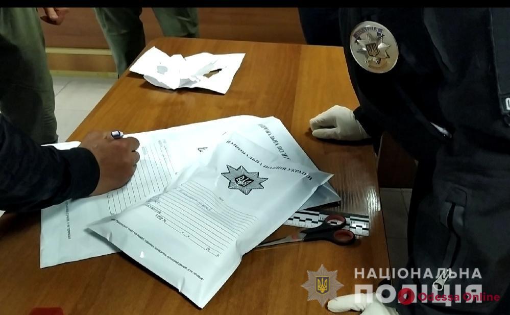 В одесском суде обвиняемому под видом документов пытались передать наркотики