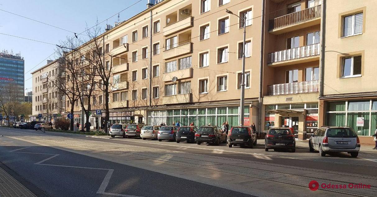 Карантин в Кракове: строгие расстояния в очередях и отсутствие рекомендаций ходить в масках