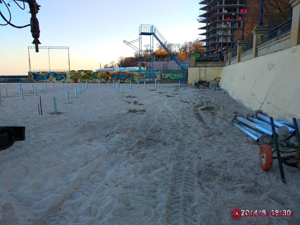 На пляже «Золотой берег» остановили незаконное строительство (видео)