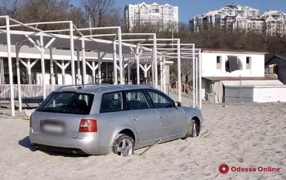 На одесском пляже Audi застрял в песке