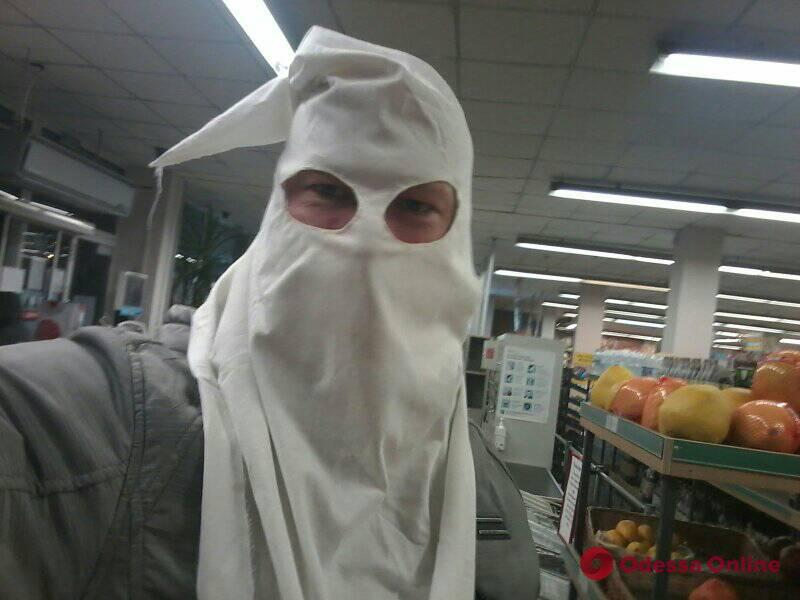 Маскарадом по коронавирусу: одессит вместо маски носит колпак Ку-клукс-клана (видео)