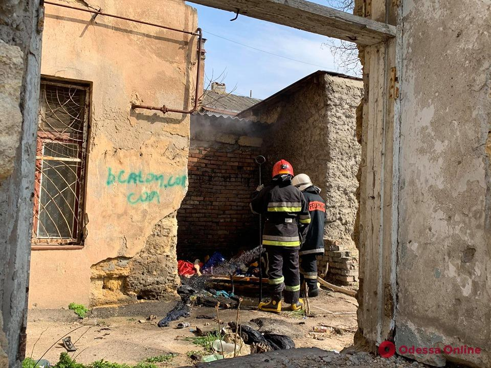 В Одессе бездомные едва не сожгли жилой дом (фото)