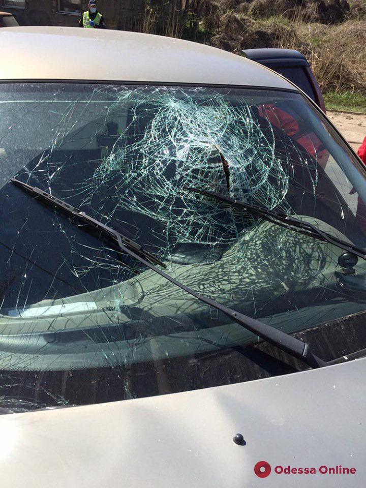 На Известковой Lada врезалась в электроопору (фото)