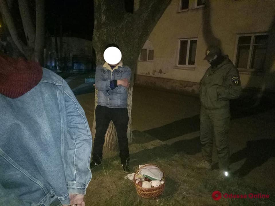 Двое мужчин украли у пожилой жительницы Черноморска пасхальную корзину