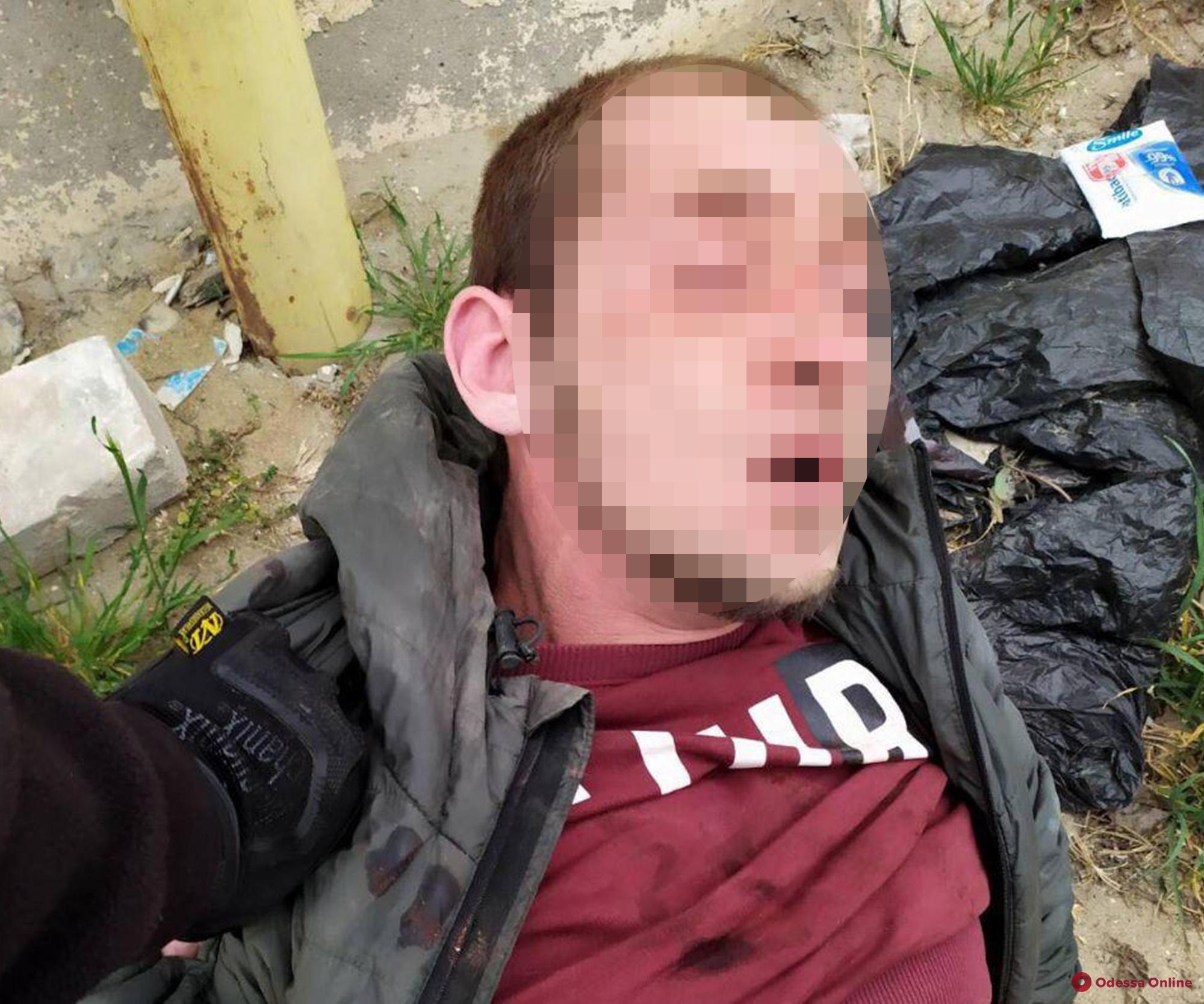 В Одессе неадекват разбил стекло машины «скорой» и угрожал водителю