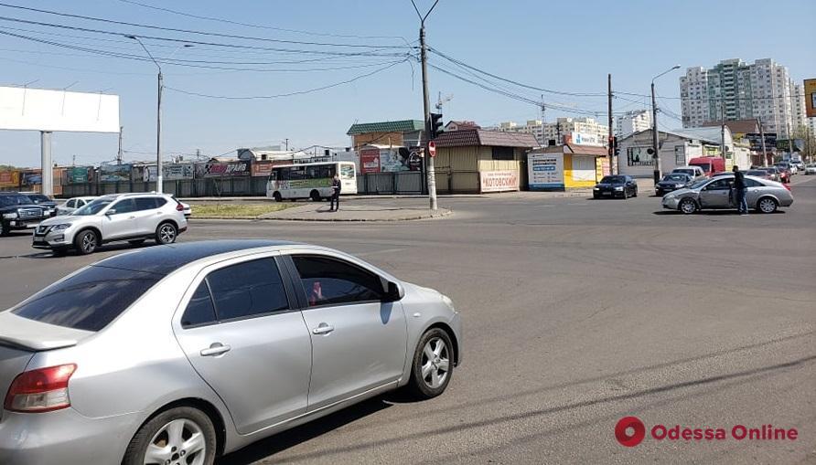 На поселке Котовского столкнулись легковушка и кроссовер