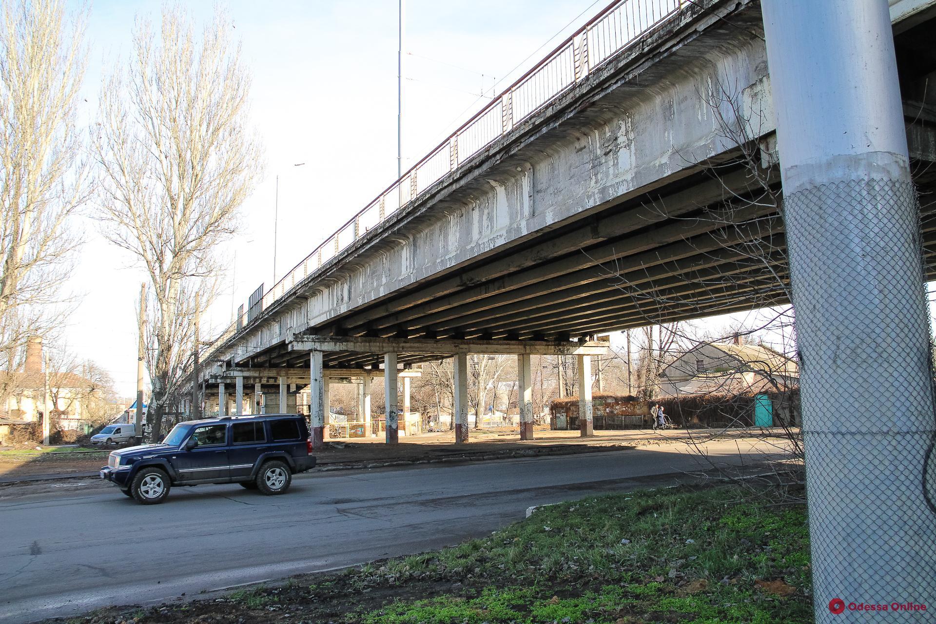 Пытался проехать по Ивановскому мосту, игнорируя запрет: водитель грузовика предлагал взятку патрульным