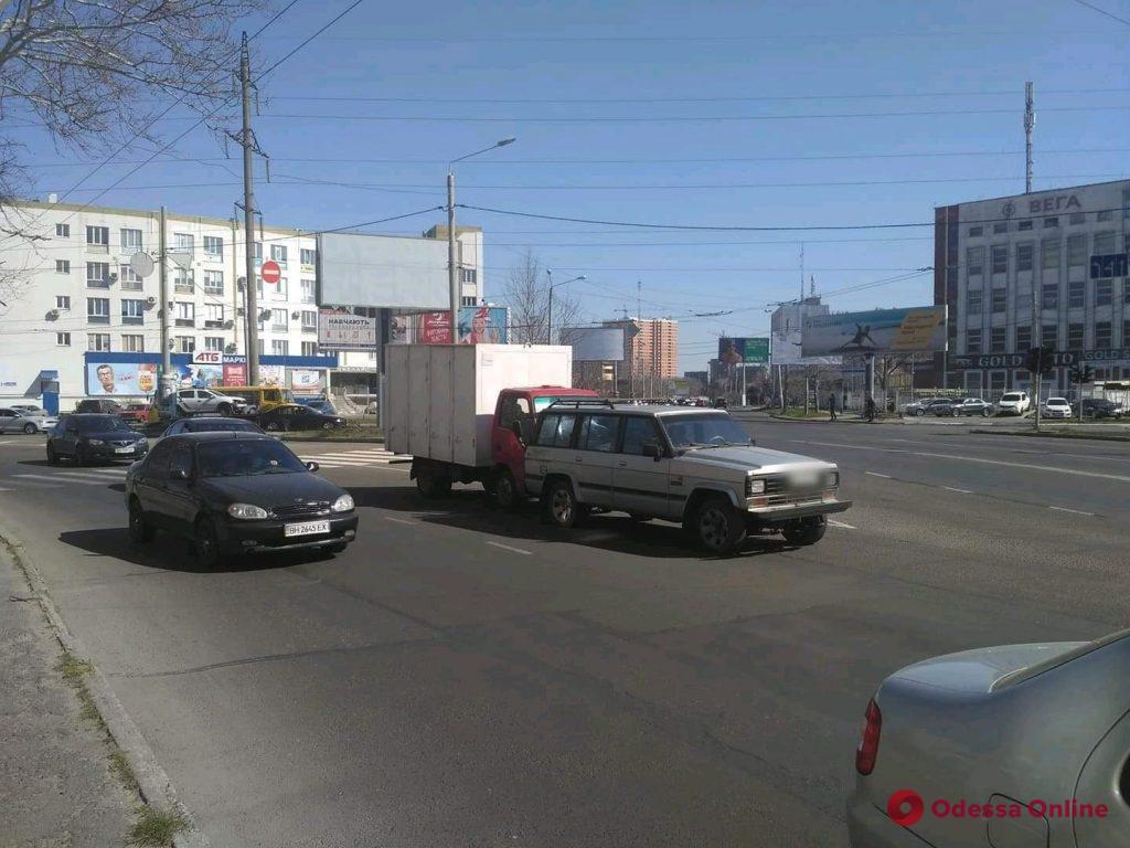 На Таирова грузовик «догнал» внедорожник (фото)
