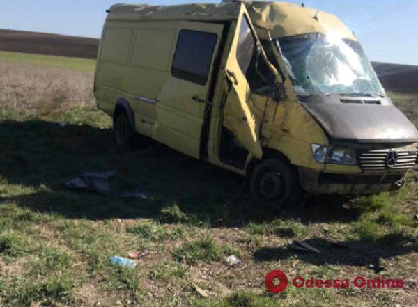На трассе Одесса—Рени микроавтобус слетел в кювет и перевернулся