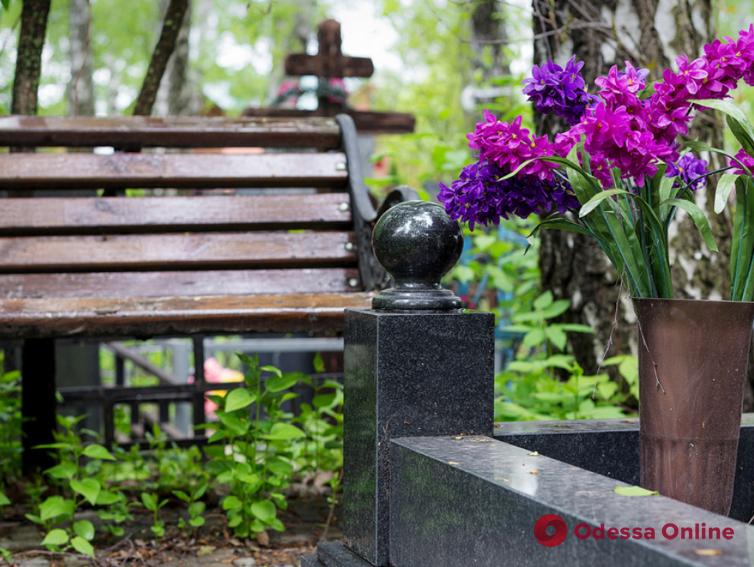 Одесские кладбища закрывают для посещения (видео)