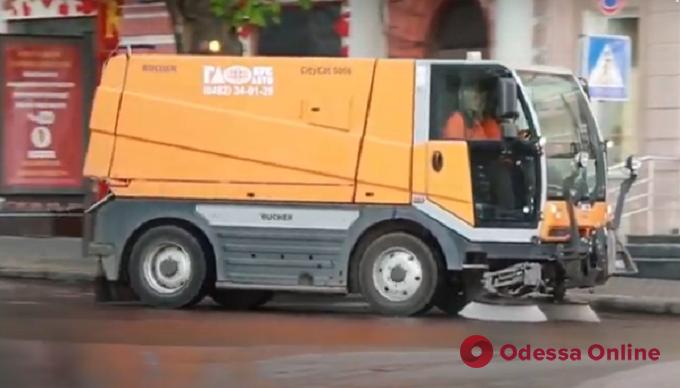 Одесситам показали, как проходит ежедневная уборка и дезинфекция улиц (видео)