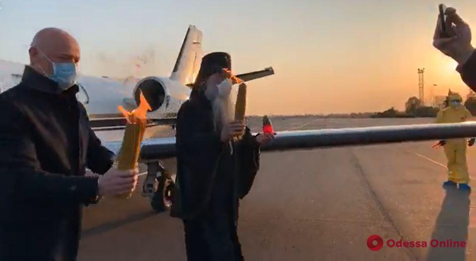 Из Иерусалима в Одессу привезли Благодатный огонь (видео)