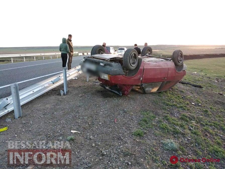 В Одесской области ВАЗ влетел в отбойник и перевернулся
