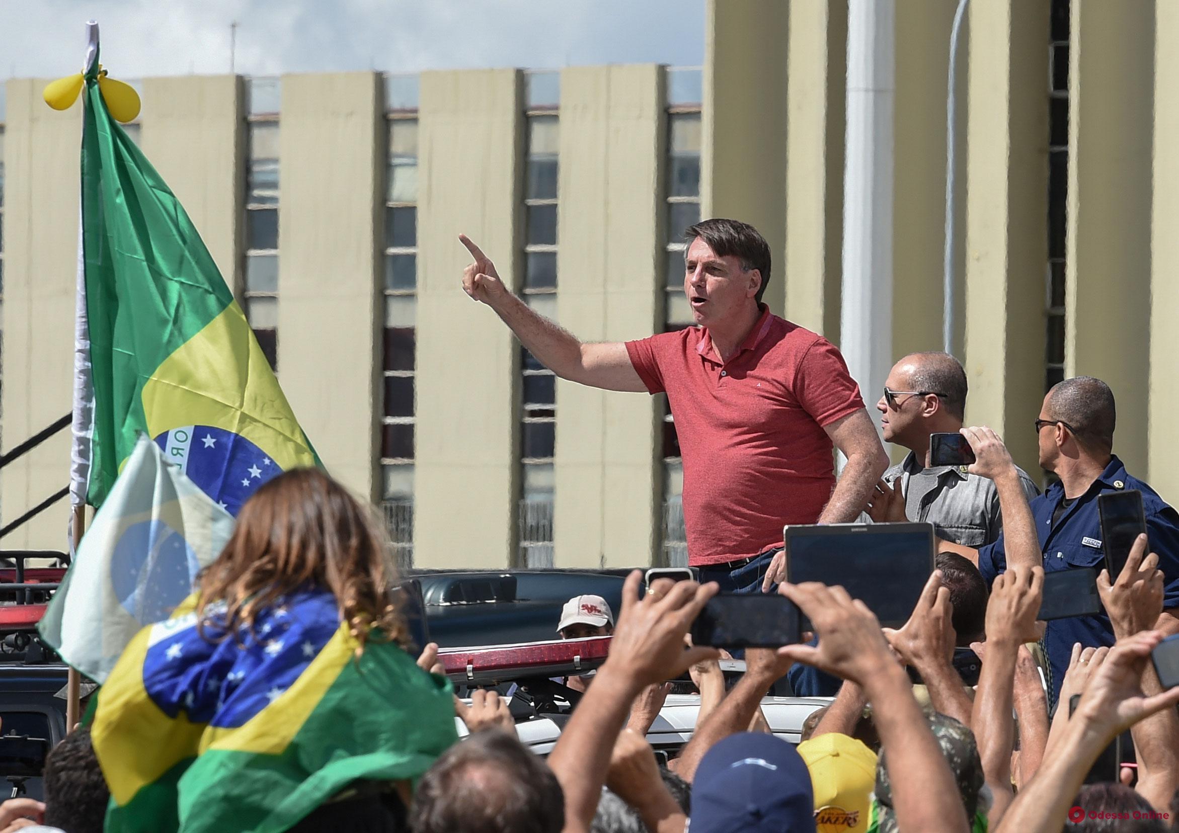 Первый пошел: президент Бразилии принял участие в митинге против карантина