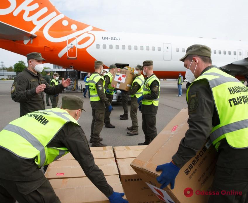 В Украину из Китая прибыл самолет с партией респираторов для медиков