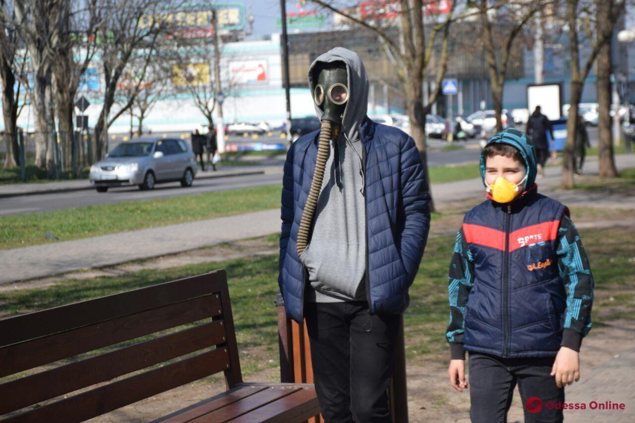 На поселке Котовского и в Лузановке пренебрегают карантином (фоторепортаж)