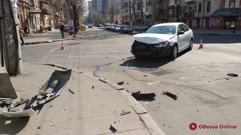 В центре Одессы после ДТП перевернулась машина (фото)