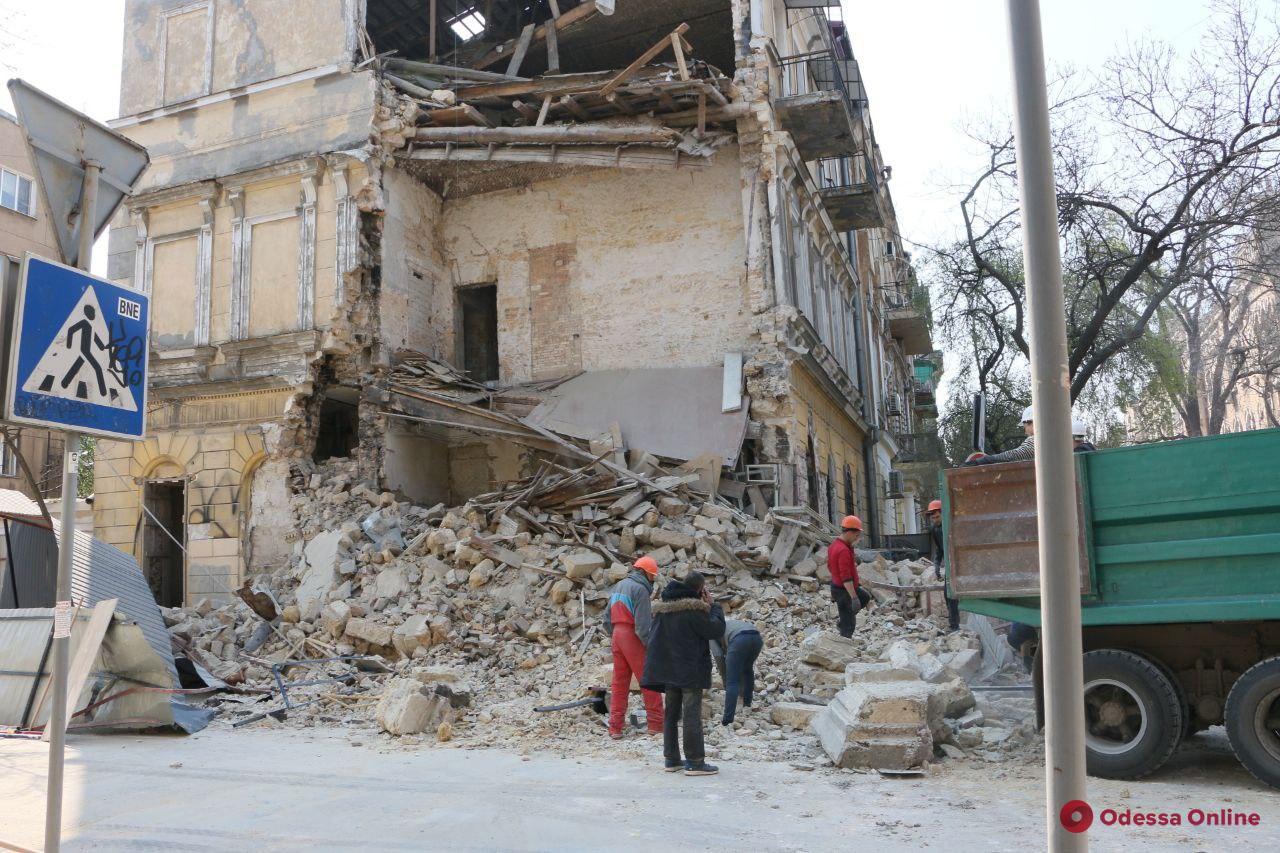 На Канатной обрушилась часть дома-памятника архитектуры (фото, видео)
