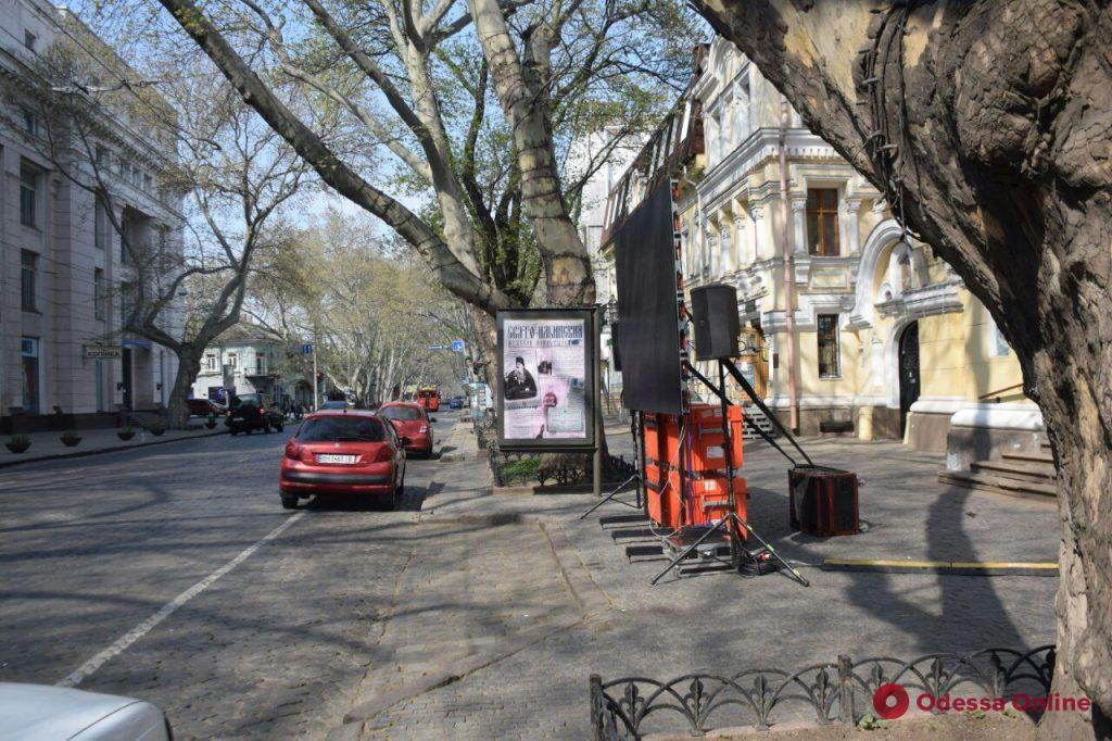 Возле одесских храмов устанавливают видеоэкраны и колонки для трансляции Пасхального богослужения (фото)