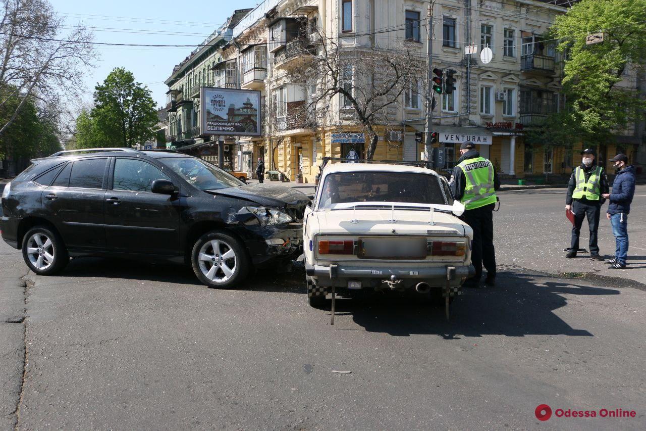 В центре Одессы столкнулись Lexus и «Жигули»