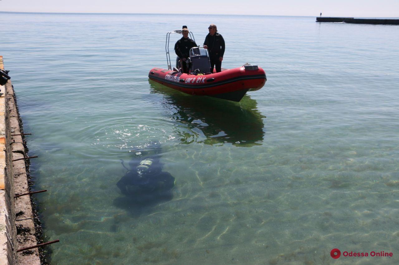 Курортный сезон близко: водолазы обследуют дно на одесских пляжах (фото)