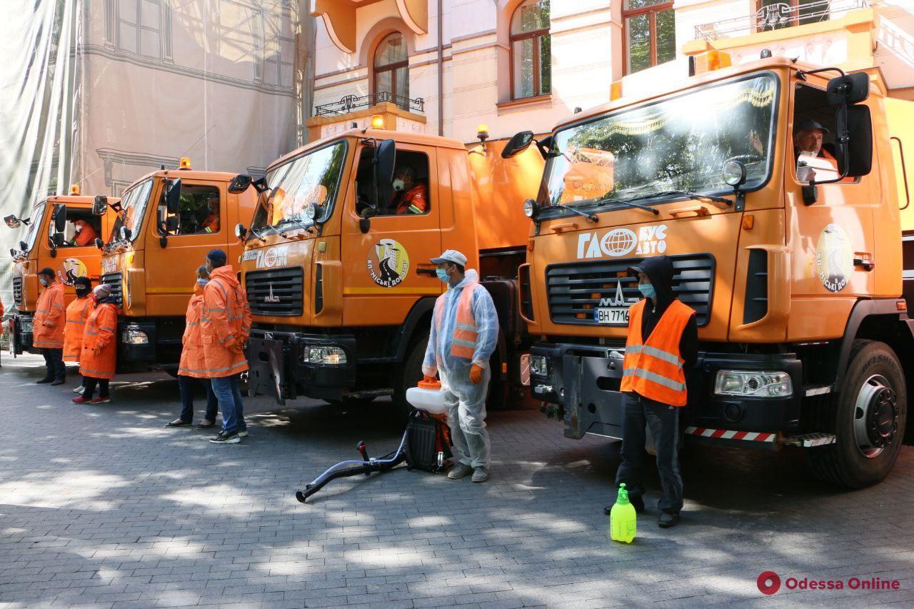 На Думской площади  мэр Одессы провел смотр спецтехники для уборки и дезинфекции улиц (фото)