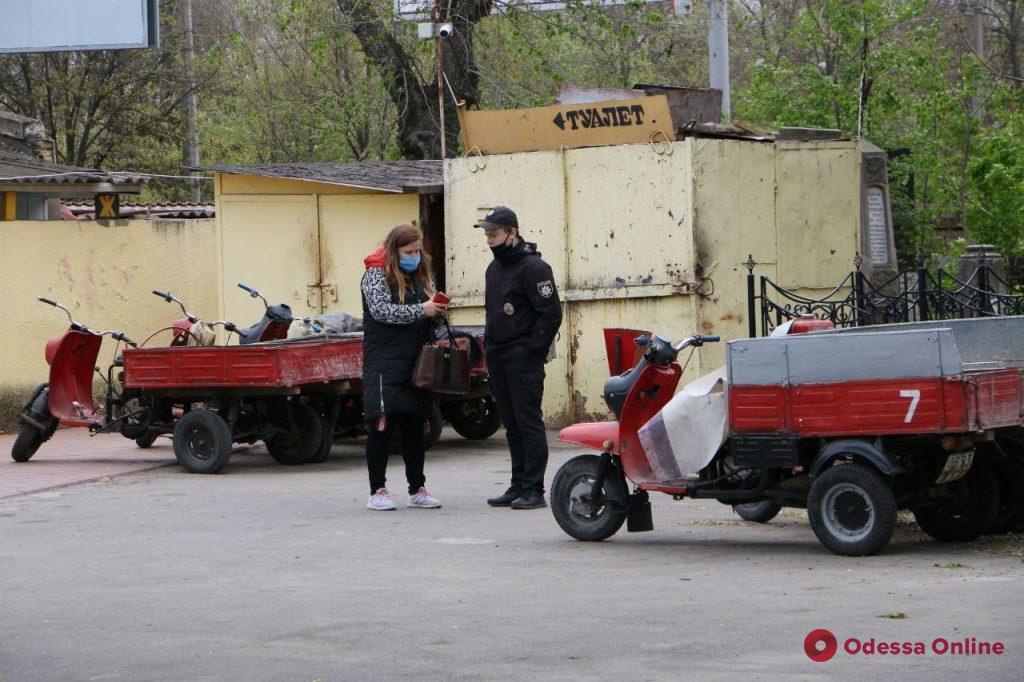 Поминальные дни в Одессе: закрытые ворота на кладбище, полицейский патруль и минимум людей (фото)