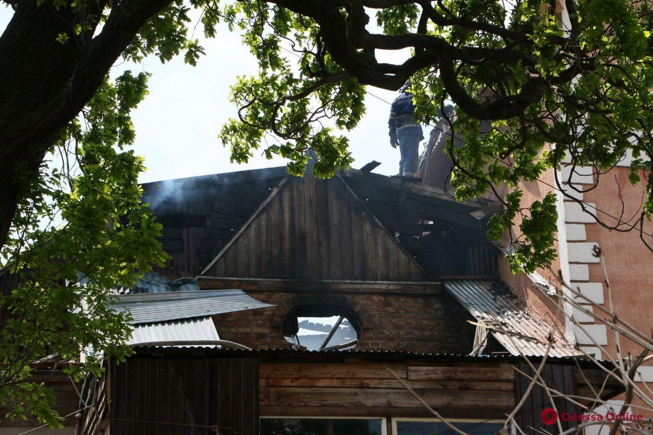 На Фонтане горит частный дом (фото, обновлено)