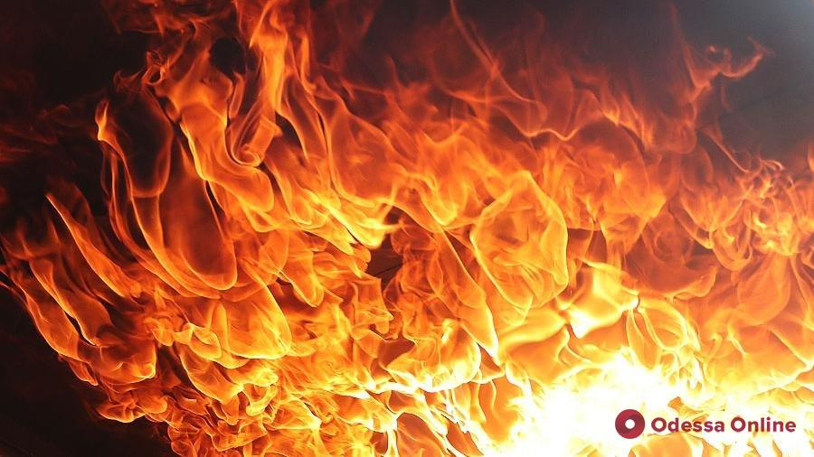 На Черемушках горит автосалон (фото, обновлено)