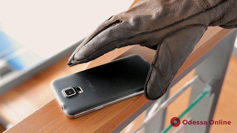 Грабитель забрал у пожилой одесситки смартфон прямо в банке
