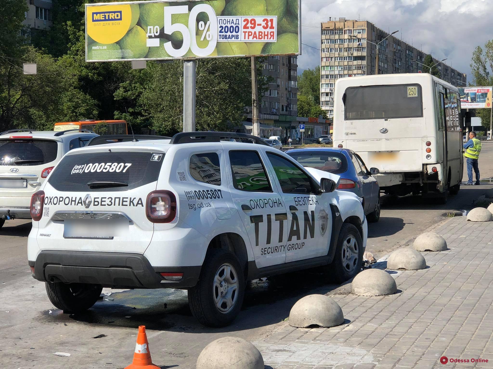 На поселке Котовского произошло тройное ДТП — один из автомобилей загорелся (фото)