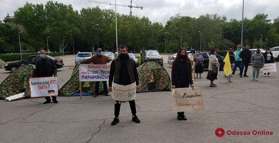 Под стенами облгосадминистрации митингуют жители сел Сычавка и Кирнички (фото)