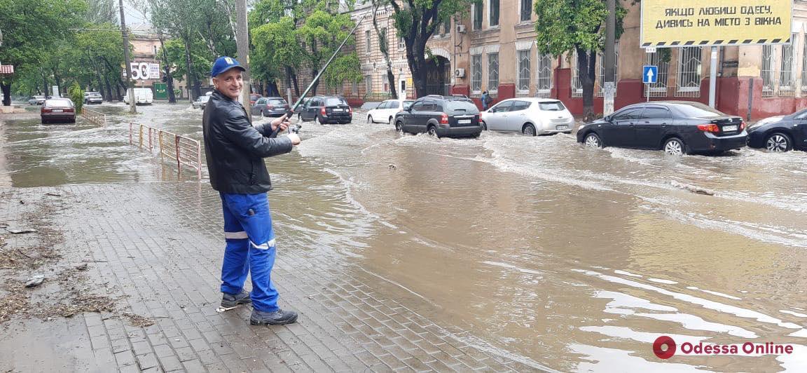 Непогода: находчивый одессит «порыбачил» прямо на затопленной Пересыпи (фото, видео)