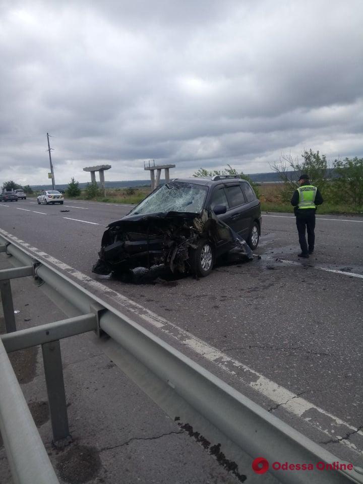 На трассе Киев — Одесса минивэн врезался в отбойник
