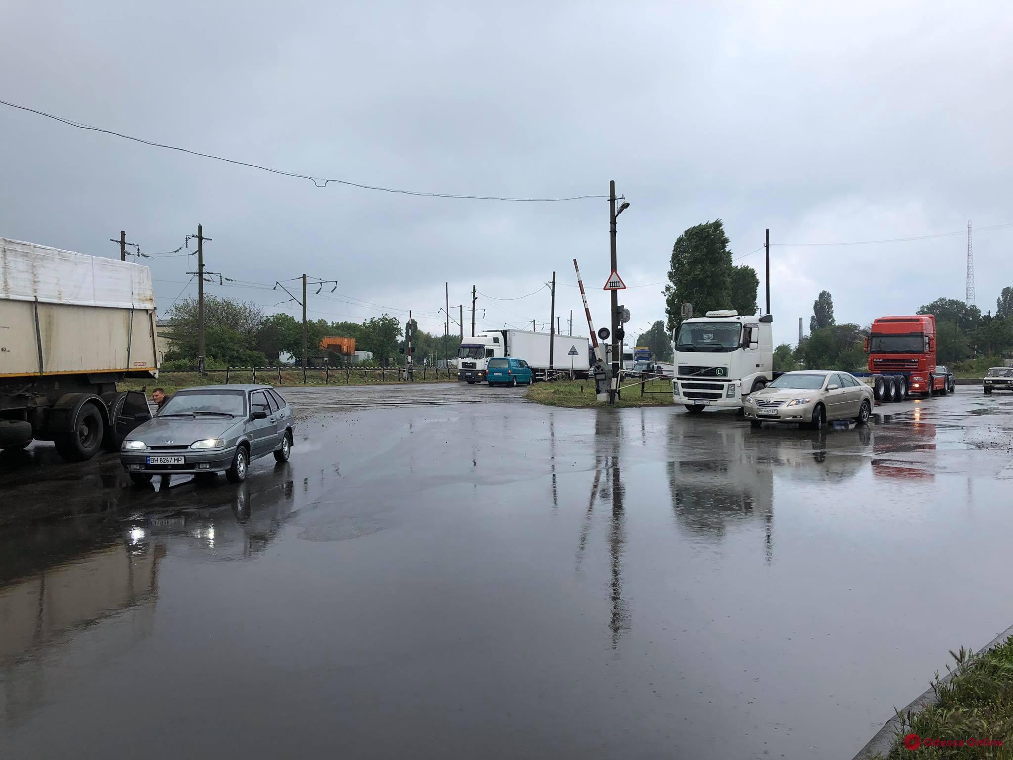 Восемь месяцев без зарплаты: в Черноморске участники акции перекрывали дорогу (фото)