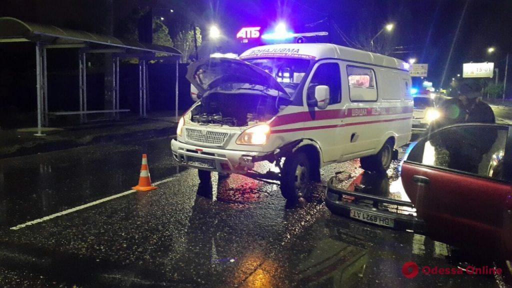 На Николаевской дороге Toyota сбила двух пешеходов, а в карету «скорой» врезался Daewoo