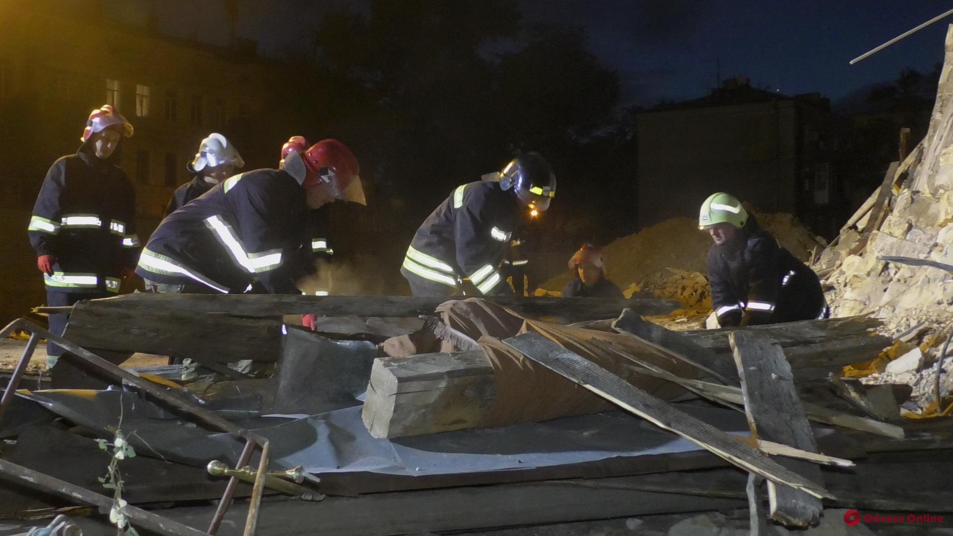 Спасатели продолжают разбирать завалы рухнувшего дома на Торговой