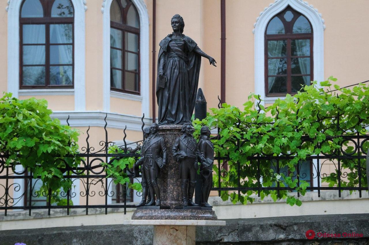 Мини-Жванецкий, Дюк в джинсах и Одесса-Мама: прогулка по Саду скульптур (фоторепортаж)
