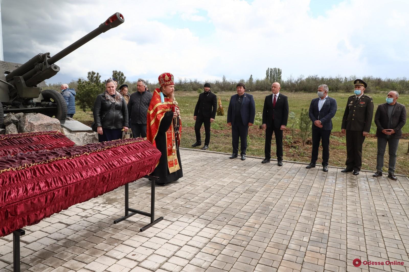 Мэр Одессы принял участие в церемонии перезахоронения воинов Второй мировой войны (фото)