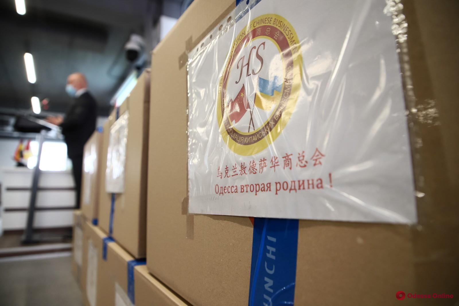 Одесские больницы получили 70 тысяч масок от китайских предпринимателей