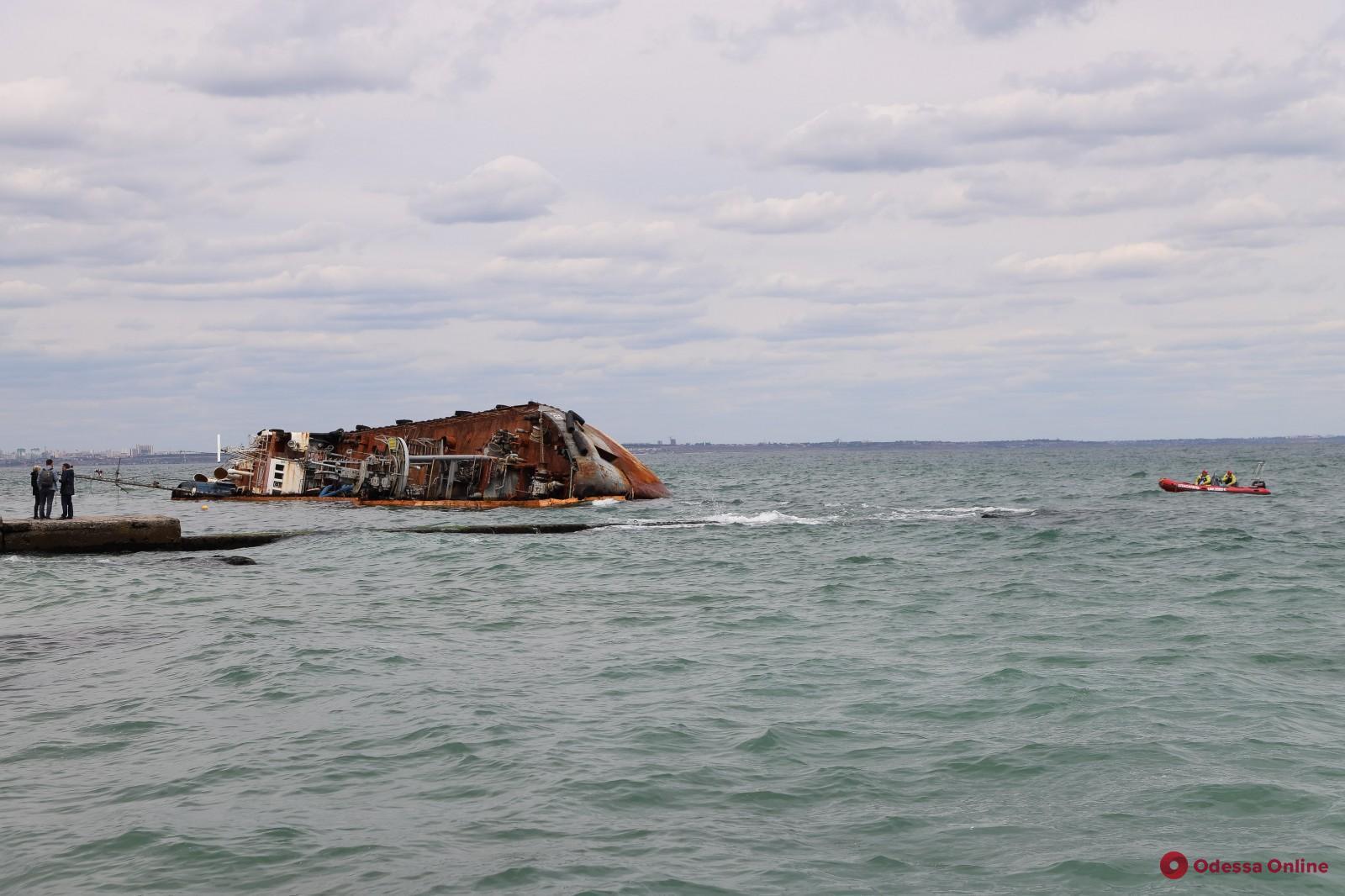 Геннадий Труханов пригласил всех ответственных, игнорирующих ситуацию с Delfi, отдохнуть на пляже у танкера