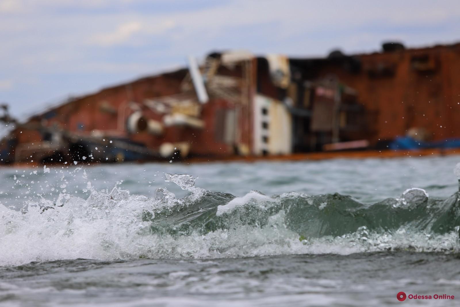В мэрии рассказали о последствиях очередной утечки топлива из затонувшего танкера Delfi (видео)