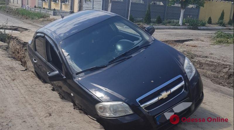 Пьяное ДТП: в Измаиле Сhevrolet провалился в вырытую коммунальщиками траншею