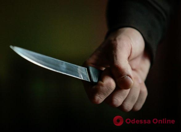 Во дворе многоэтажки двое разбойников набросились с ножом на одессита