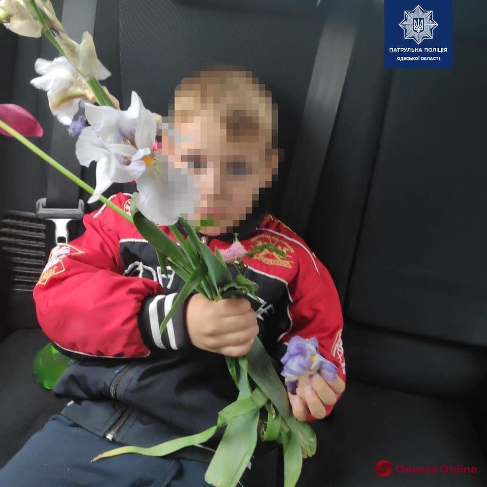 В Одессе пятилетний мальчик ушел искать маму и «купил» букет