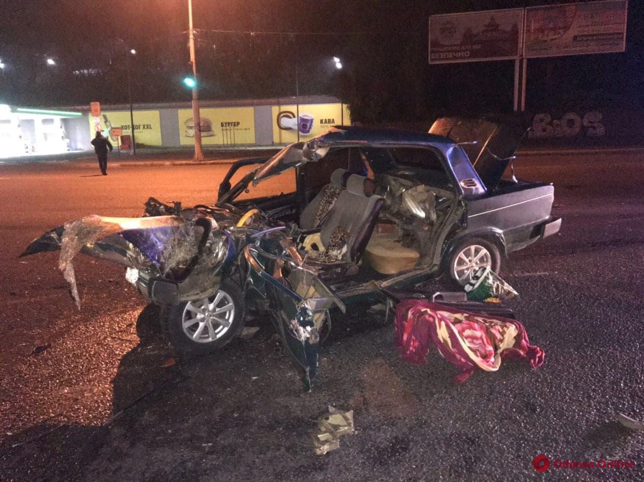 Возле Херсонского сквера столкнулись грузовик и легковушка