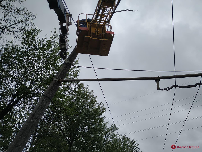 В Одессе «ГАЗель» перевернулась и врезалась в опору контактной сети